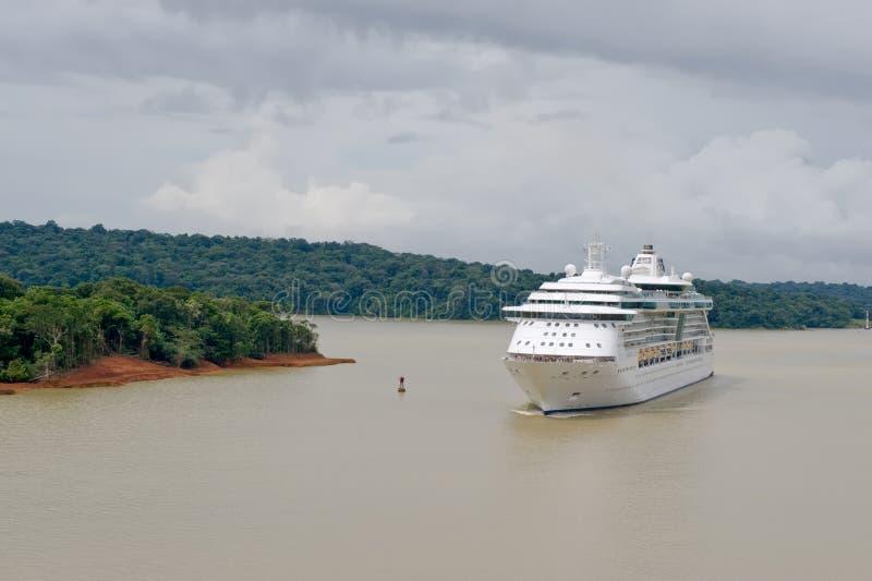 Barco de cruceros en el Canal de Panamá imagen de archivo libre de regalías