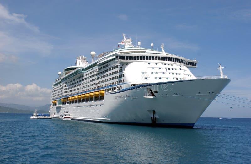 Barco de cruceros en el Caribe imagenes de archivo