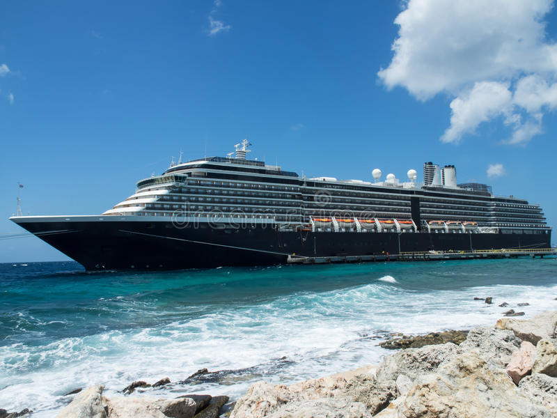 Barco de cruceros en el embarcadero mega fotografía de archivo libre de regalías
