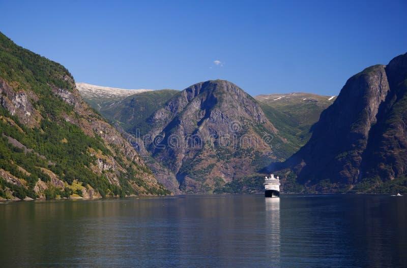 Barco de cruceros en el fiordo imagenes de archivo