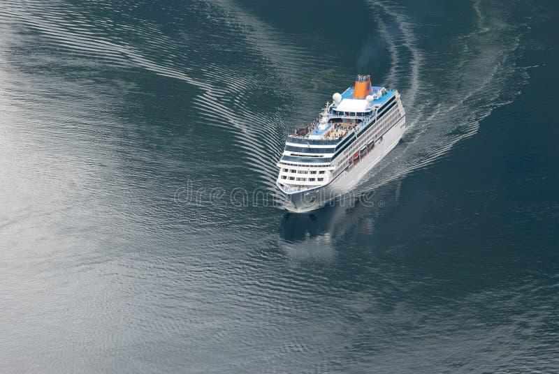 Barco de cruceros en el fiordo de Geiranger foto de archivo libre de regalías