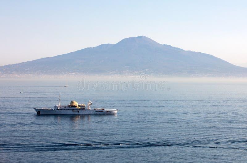 Barco de cruceros en el golfo de Sorrento con el fondo de Vesuvio durante una travesía en Capri Campania, fotos de archivo libres de regalías