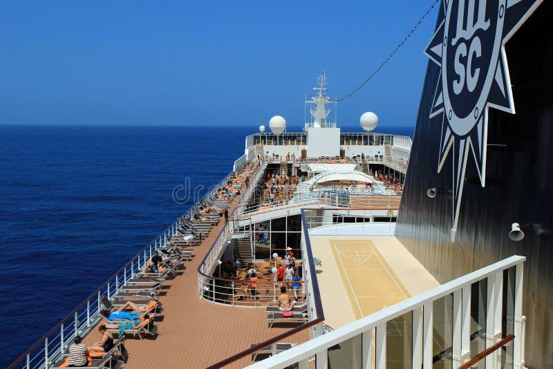 Barco de cruceros en el mar, cubierta del lido foto de archivo