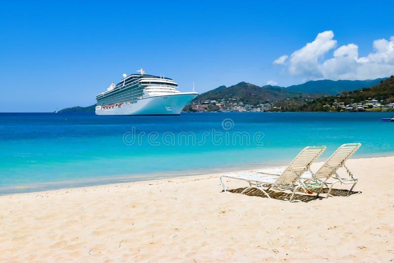 Barco de cruceros en el mar del Caribe con las sillas de playa en la playa arenosa blanca Concepto del viaje del verano imagen de archivo libre de regalías