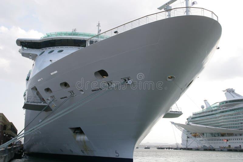 Barco de cruceros en el muelle imagenes de archivo
