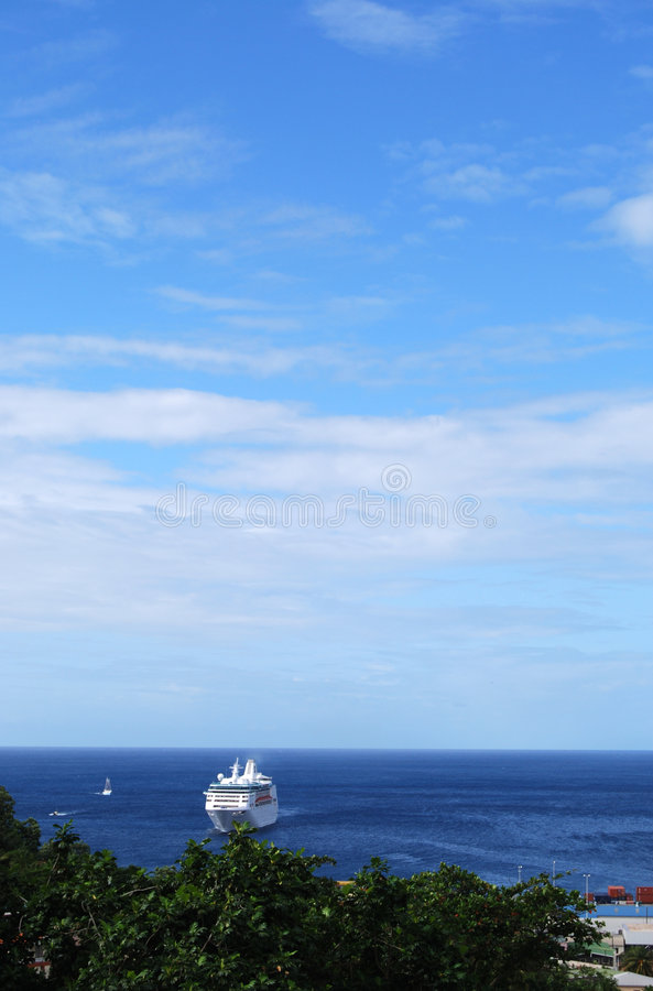 Barco de cruceros en el puerto foto de archivo libre de regalías