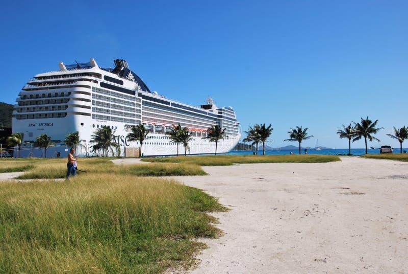 Barco de cruceros en el puerto de ciudad del camino, Tortola, British Virgin Islands foto de archivo libre de regalías