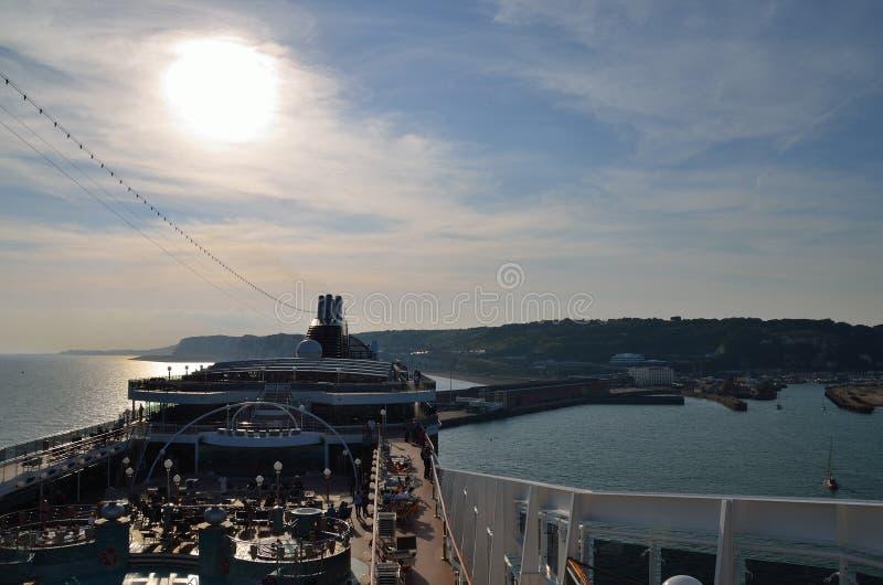 Barco de cruceros en el puerto de Dover imágenes de archivo libres de regalías