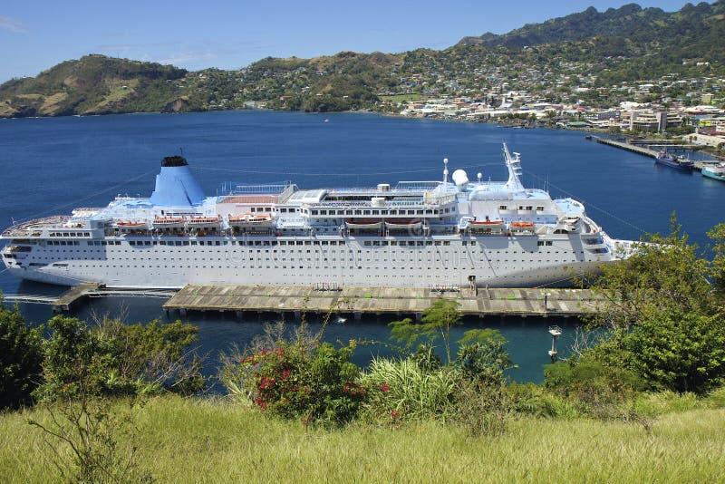 Barco de cruceros en el puerto de Kingstown en St Vincent fotos de archivo libres de regalías