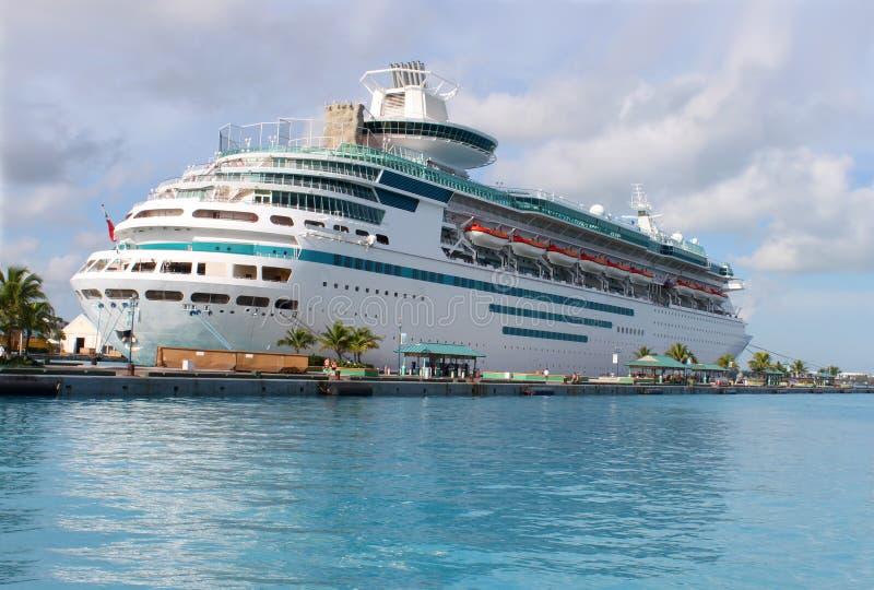 Barco de cruceros en el puerto de Nassau fotografía de archivo libre de regalías