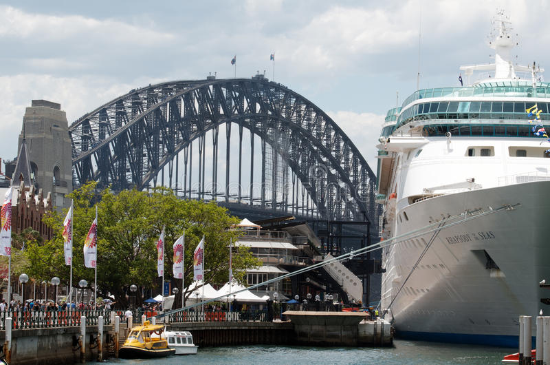 Barco de cruceros en el puerto de Sydney fotografía de archivo libre de regalías