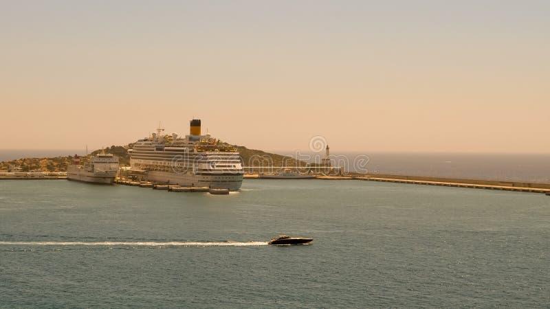 Barco de cruceros en el puerto en Ibiza España imagenes de archivo