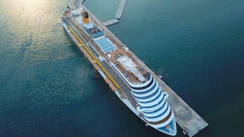 Barco de cruceros en el puerto Barco de cruceros en el mar azul existencias Vista aérea de la nave blanca grande hermosa en la pu foto de archivo