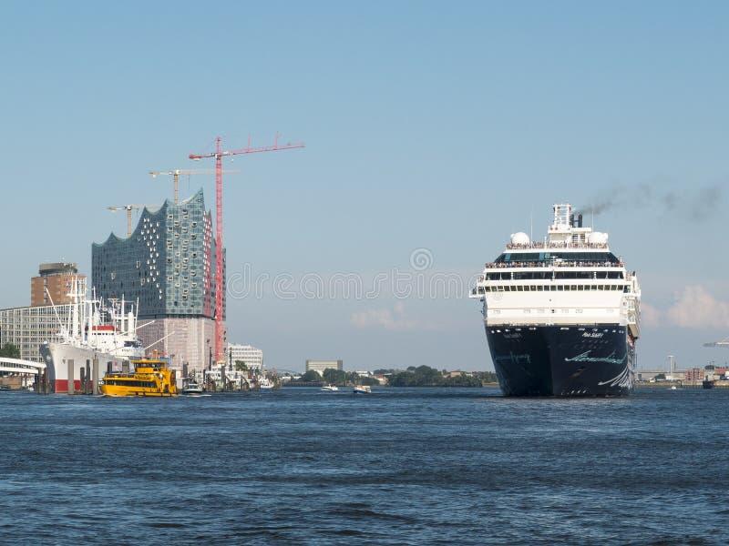 Barco de cruceros en Elbphilharmonie imagen de archivo
