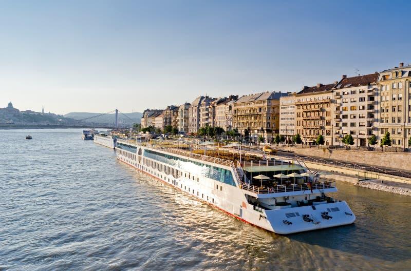 Barco de cruceros en Hungría fotos de archivo libres de regalías