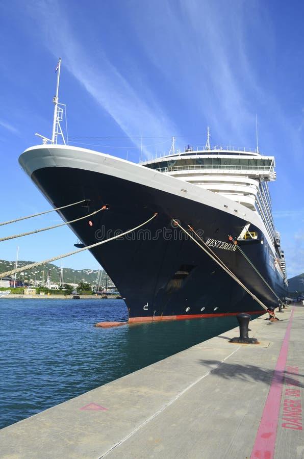 Barco de cruceros en la bahía de la corona imagenes de archivo