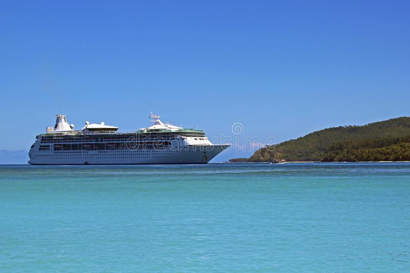 Barco de cruceros en la isla del misterio, Vanuatu, South Pacific fotos de archivo