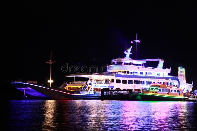 Barco de cruceros en la noche imágenes de archivo libres de regalías