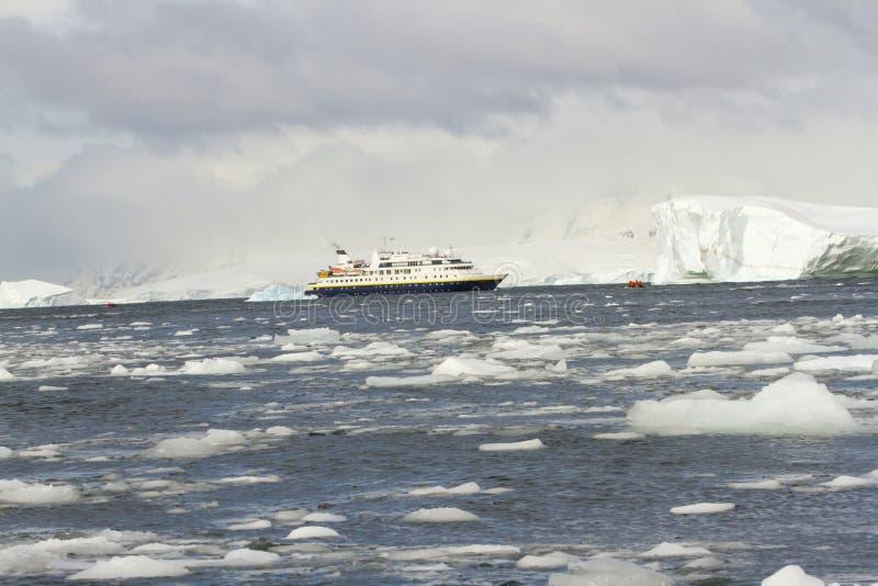Barco de cruceros en las aguas heladas de la Antártida foto de archivo