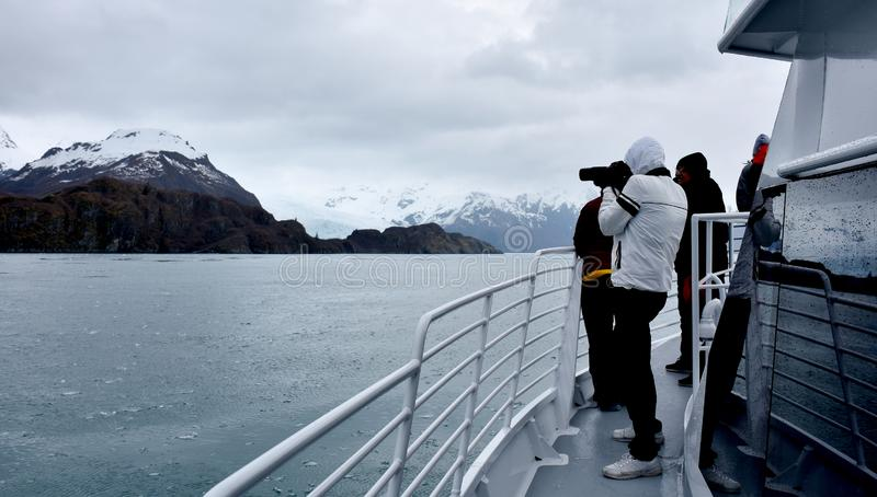 Barco de cruceros en los fiordos parque nacional, Alaska, los E.E.U.U. de Kenai foto de archivo