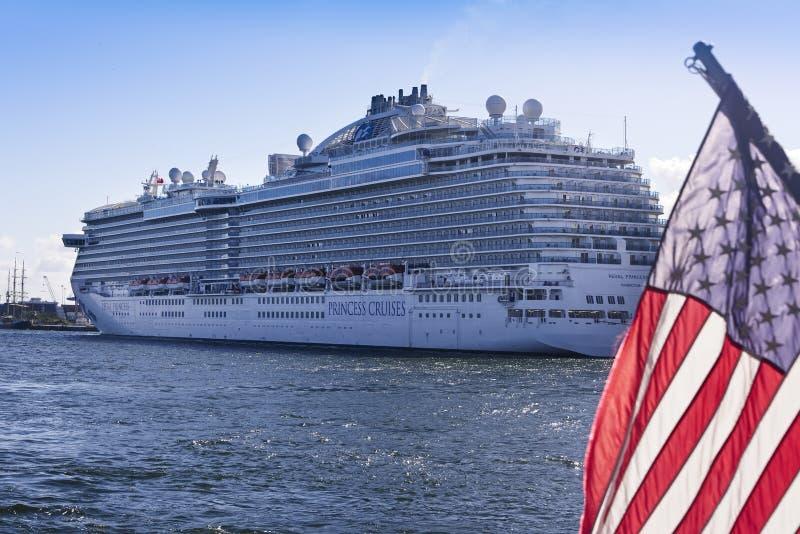 Barco de cruceros en los marismas del puerto, la Florida imagen de archivo libre de regalías