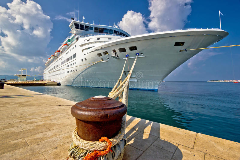 Barco de cruceros en muelle en Zadar imágenes de archivo libres de regalías