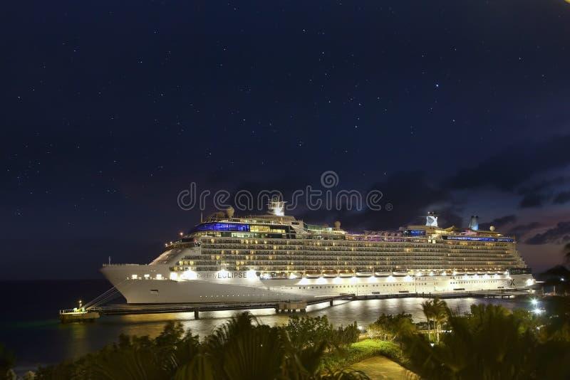 Barco de cruceros en puerto en la noche imagen de archivo libre de regalías