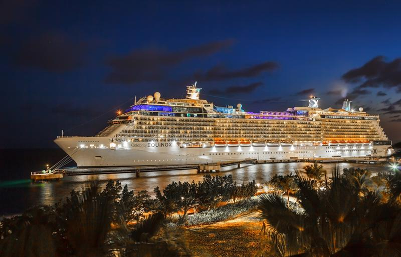 Barco de cruceros en puerto en la noche foto de archivo libre de regalías