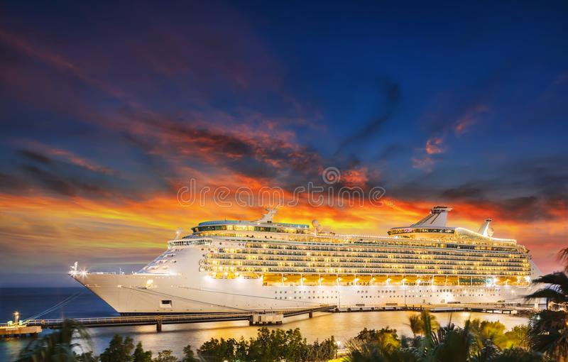 Barco de cruceros en puerto en puesta del sol fotos de archivo