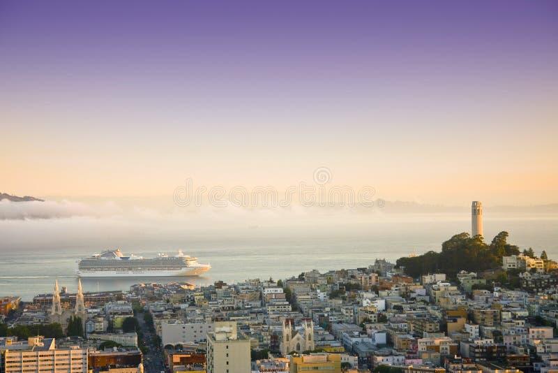 Barco de cruceros en San Francisco en salida del sol imagen de archivo