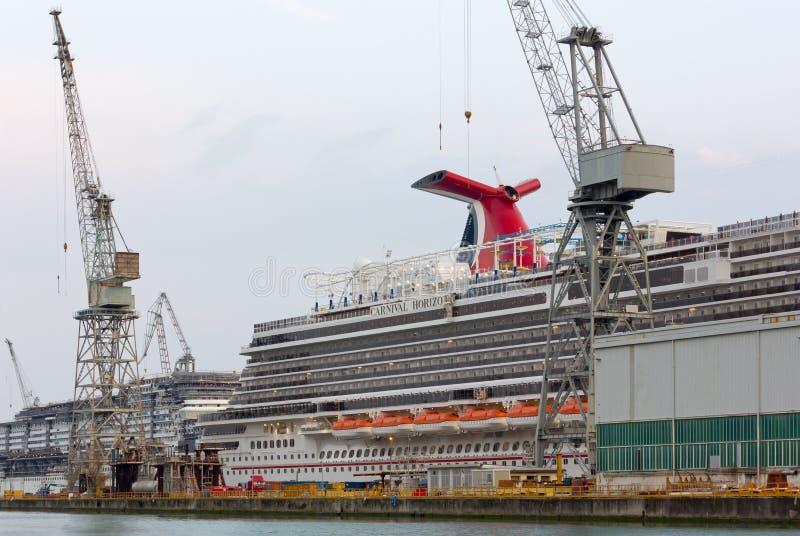 Barco de cruceros gigante del carnaval en los astilleros de Monfalcone foto de archivo