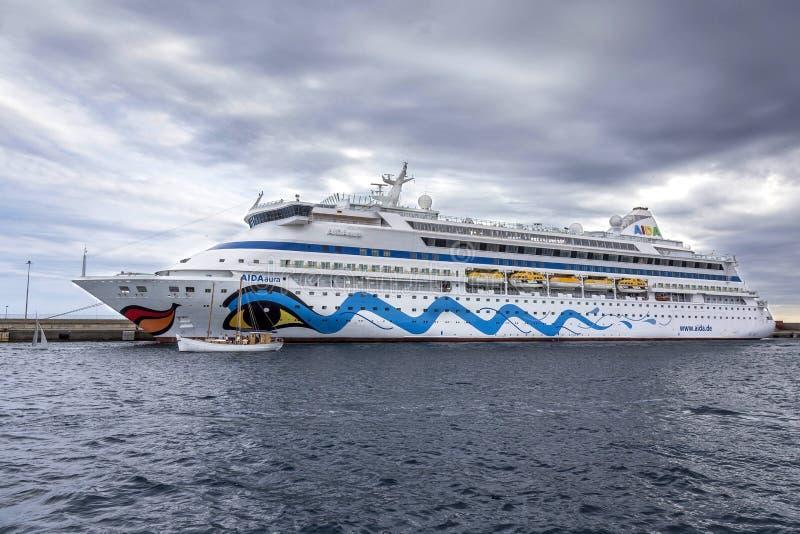 Barco de cruceros grande en el puerto Palamos en España, Aida Aura de Itali fotos de archivo
