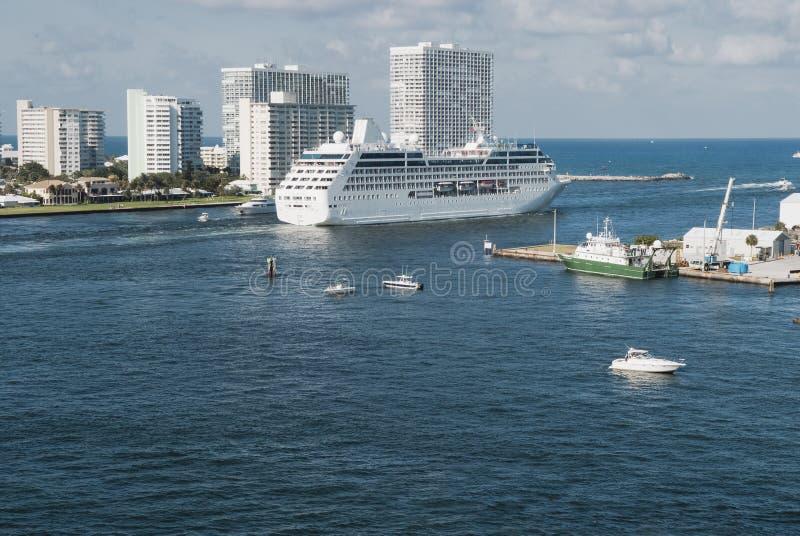 Barco de cruceros grande que sale de Fort Lauderdale del puerto de origen imagen de archivo libre de regalías
