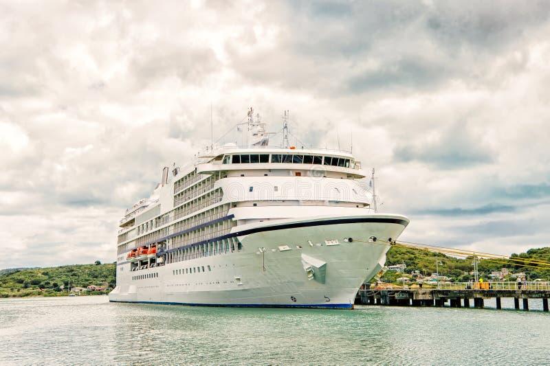 Barco de cruceros grande, yate de lujo blanco en el puerto marítimo, Antigua foto de archivo