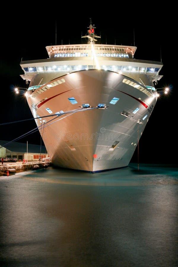 Barco de cruceros iluminado en la noche fotos de archivo libres de regalías