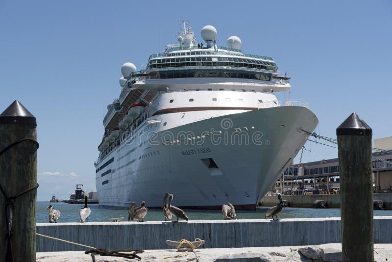 Barco de cruceros junto a la terminal de viajeros de Canaveral del puerto 1 la Florida los E.E.U.U. imágenes de archivo libres de regalías