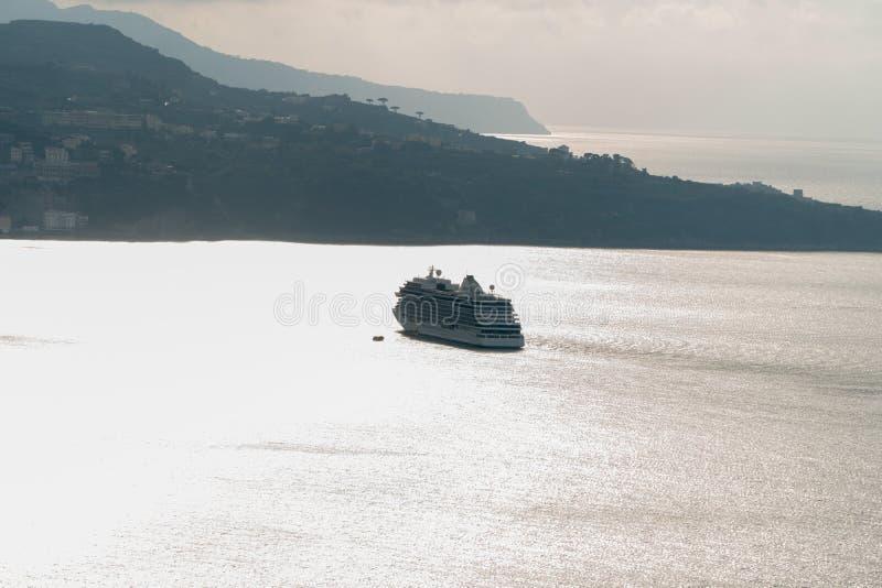 Barco de cruceros de lujo que navega lejos al horizonte en la bahía, Sorrento Italia imagen de archivo libre de regalías