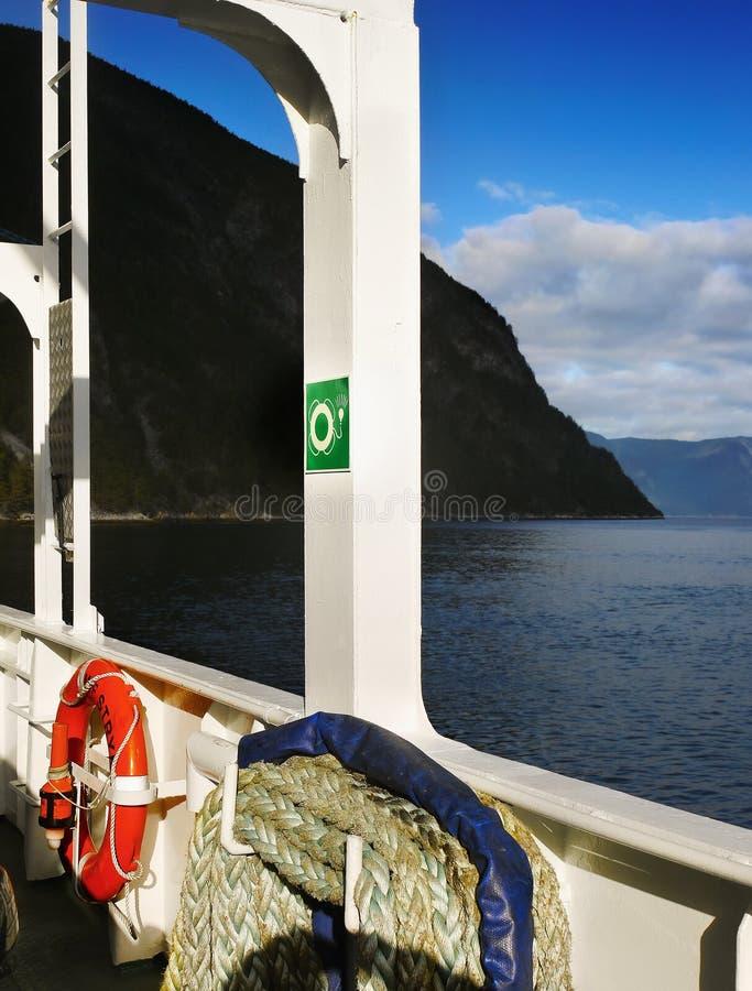 Barco de cruceros mágico del valle del glaciar foto de archivo libre de regalías