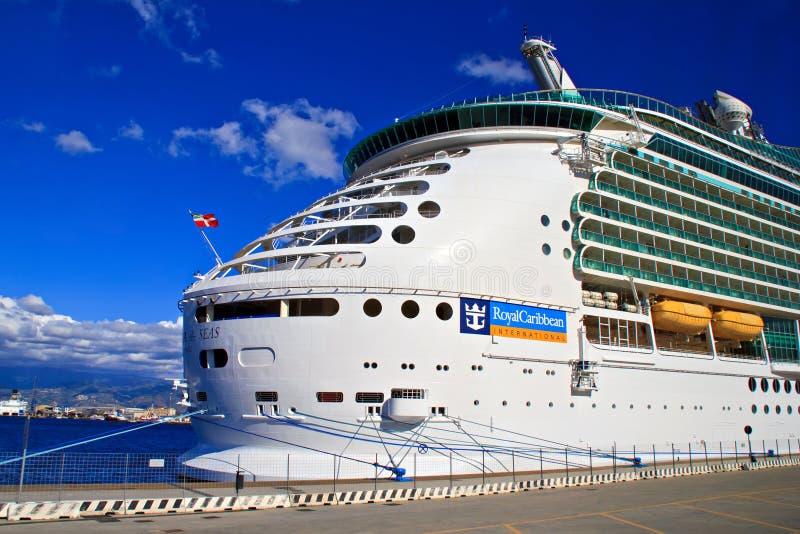 Barco de cruceros - marino de los mares imagen de archivo