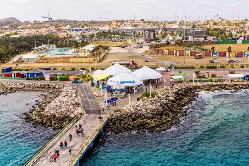 Barco de cruceros Pier Into Curacao foto de archivo