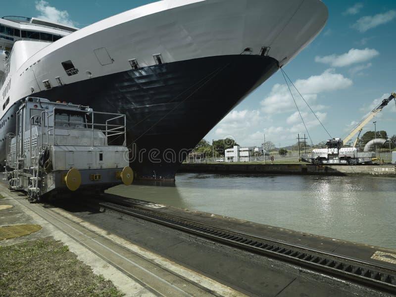 Barco de cruceros que entra en el Canal de Panamá imagenes de archivo