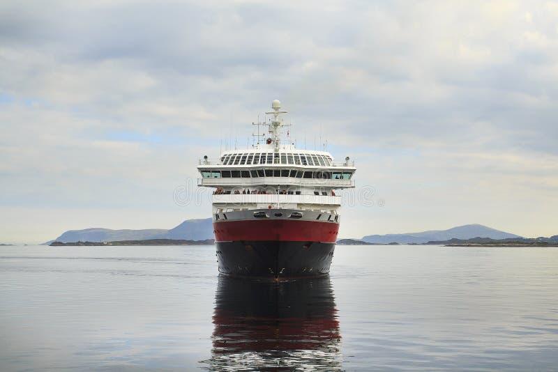 Barco de cruceros que entra en un fiordo noruego escandinavia foto de archivo libre de regalías