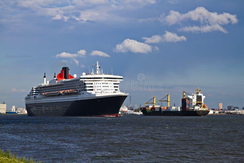 Barco de cruceros que sale del acceso de Rotterdam fotografía de archivo libre de regalías