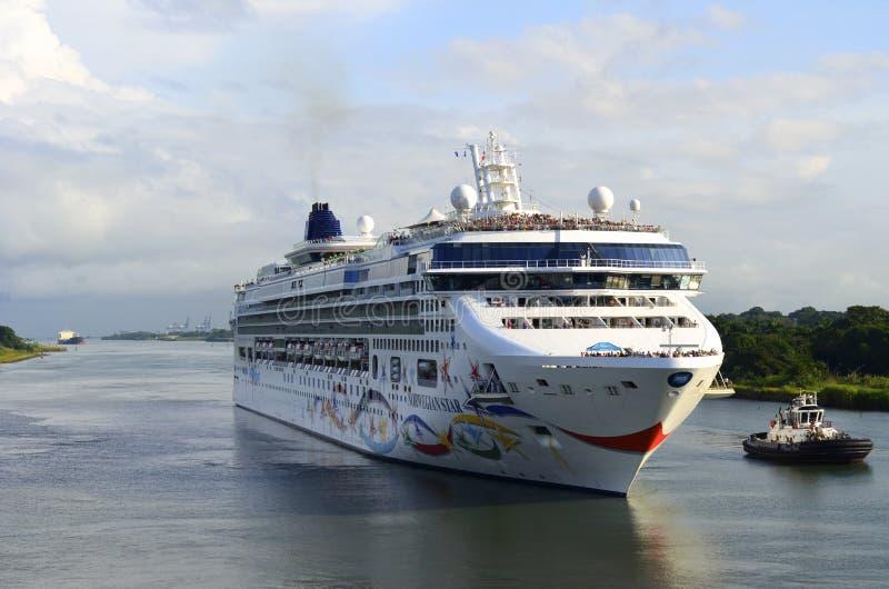 Barco de cruceros que se acerca al Canal de Panamá fotografía de archivo