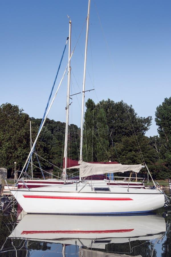 Barco de cruceros que se duplica en el agua fotos de archivo libres de regalías