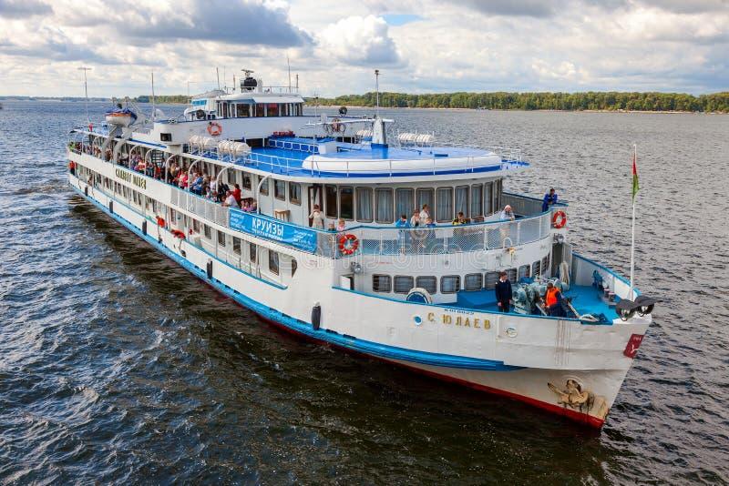 Barco de cruceros S del río Yulaev cerca del terraplén en Samara en el sol fotos de archivo libres de regalías