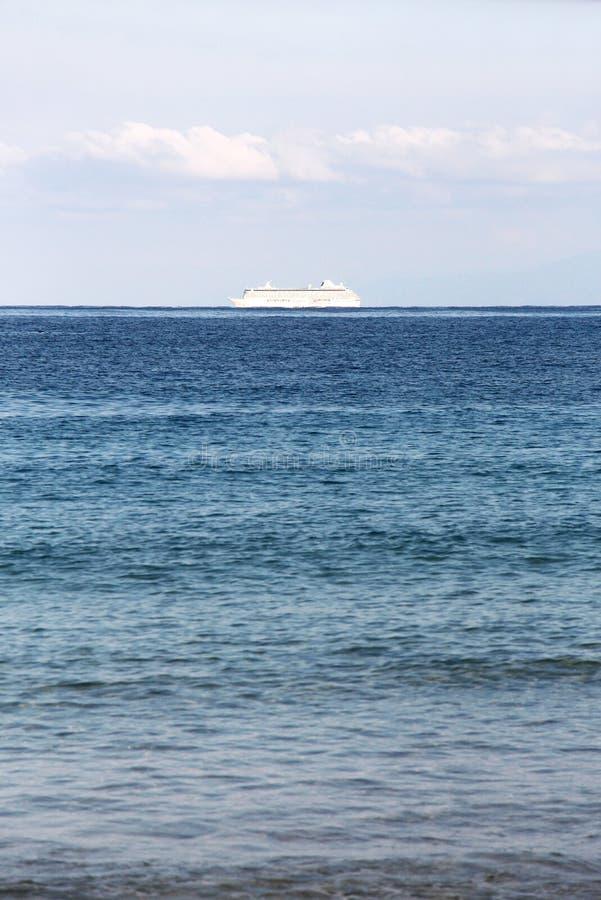 Barco de cruceros solitario en el océano imágenes de archivo libres de regalías