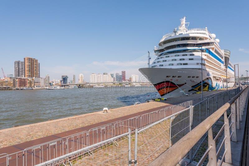 Barco de cruceros stationning en el puerto de Rotterdam imagen de archivo libre de regalías