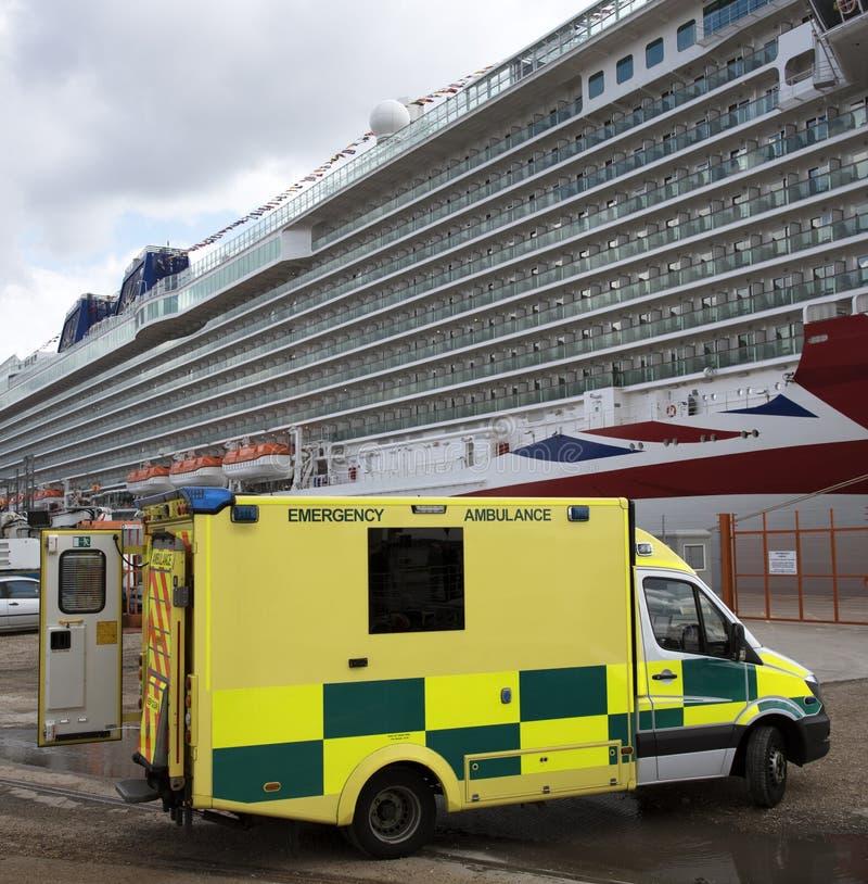 Barco de cruceros y ambulancia de la emergencia foto de archivo