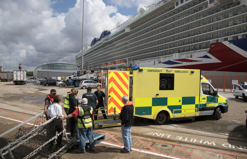 Barco de cruceros y ambulancia de la emergencia fotografía de archivo libre de regalías